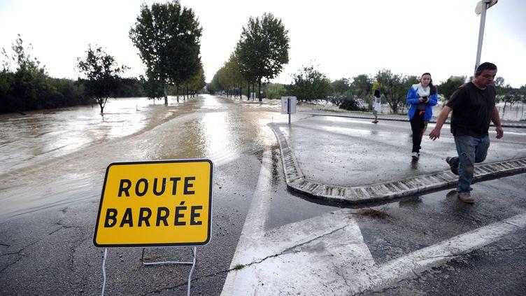 Une route inondée près de Vergèze (Gard), le 10 octobre 2014. (SYLVAIN THOMAS / AFP)