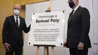 Une plaque en hommage à Samuel Paty inaugurée par Jean Castex et Jean-Michel Blanquer, le 16 octobre 2021, au ministère de l'Education nationale. (JULIEN DE ROSA / AFP)