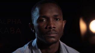 Alpha Kaba, aujourd'hui réfugié à Bordeaux (Gironde), a vécu la dangereuse traversée de la mer Méditerranée à bord d'une embarcation de fortune. Ce Guinéen est parvenu à rejoindre l'Europe après deux ans d'enfer en Libye. (FRANCE 3)