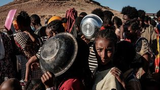 Dans un camp de réfugiés au Soudan, des enfants éthiopiens du Tigré qui ont fui les combats dans leur région attendent une distribution de nourriture, le 12 décembre 2020. (YASUYOSHI CHIBA / AFP)