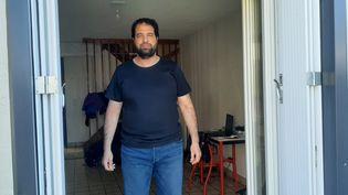 Kamel Daoudi, dans sa maison d'Aurillac, en avril 2021. (SEBASTIEN BAER / RADIO FRANCE)