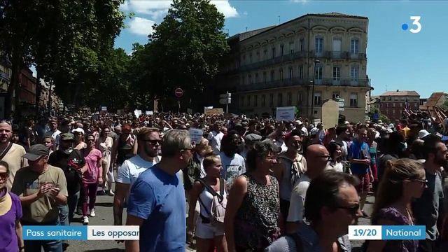 Manifestations : les Français dans la rue défilent dans les rues contre le vaccin et le pass sanitaire