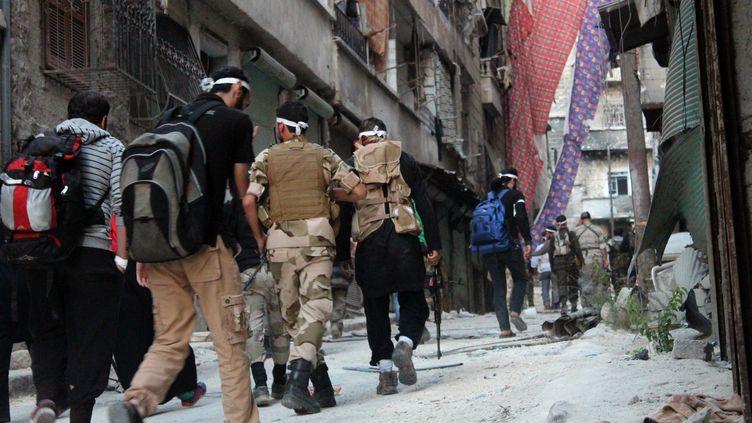 Des rebelles syriens patrouillant dans les rues d'Alep (Syrie), le 23 septembre 2013. (SALAH AL-ASHKAR / AFP )
