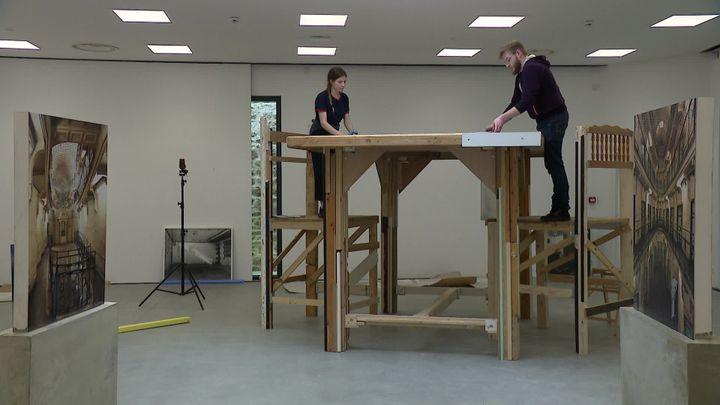 La table géante installée au coeur de l'exposition. (J. Piron / France Télévisions)