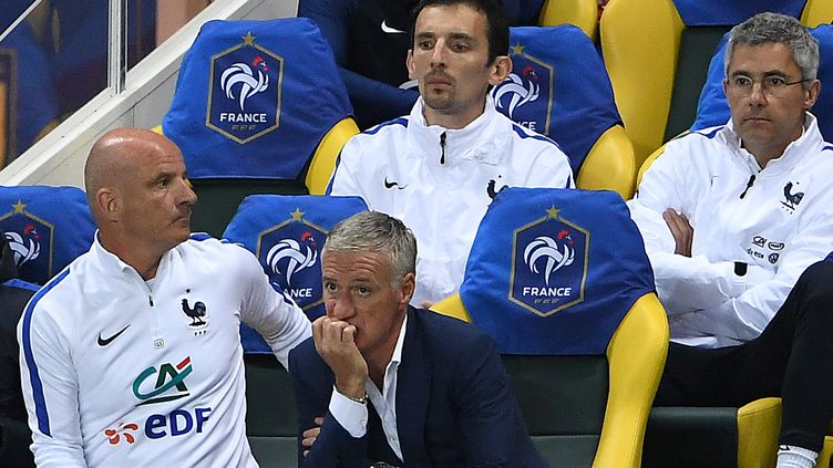 Le sélectionneur Didier Decshamps pensif avec son adjoint Guy Stephan à ses côtés (FRANCK FIFE / AFP)