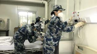Derniers préparatifs avant d'accueillir les patients atteints du coronavirus, dans l'hôpital deHuoshenshan (Wuhan),le 3février. (LIU FANG / XINHUA / AFP)