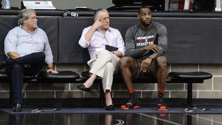 La star de Miami LeBron James aux côtés du président du Heat Pat Riley et du propriétaire Micky Arison