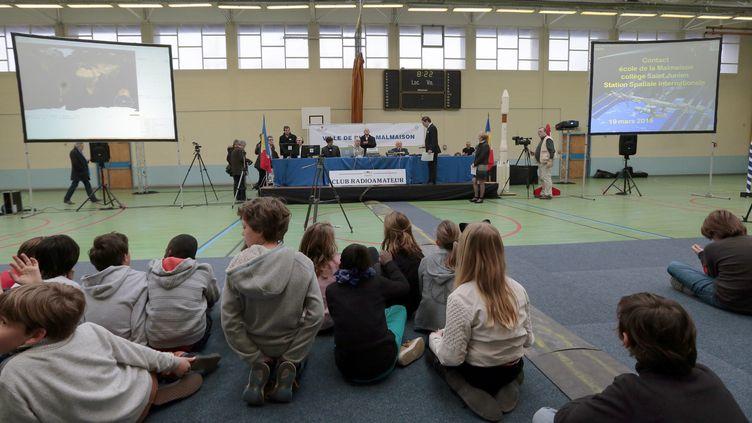 Des élèves attendent avant de discuter avecl'astronaute Samantha Cristoforetti installée dans la Station spatiale internationale, le 19 mars 2015, dans un lycée de Rueil-Malmaison(Hauts-de-Seine). (JACQUES DEMARTHON / AFP)