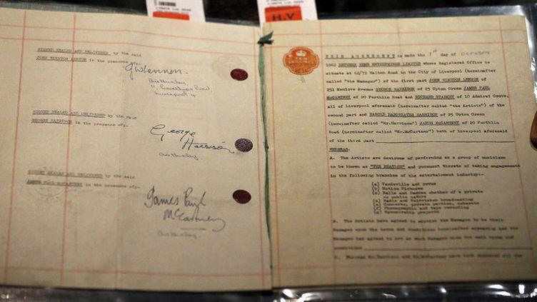 Un employé de Sotheby's présente le contrat historique des Beatles, à Londres, le 24 septembre 2015  (Frank Augstein /AP / Sipa)