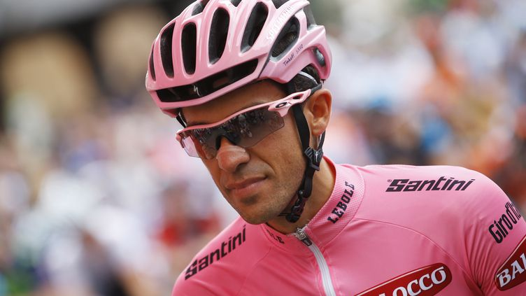 Alberto Contador avec le maillot rose de leader sur les épaules (LUK BENIES / AFP)