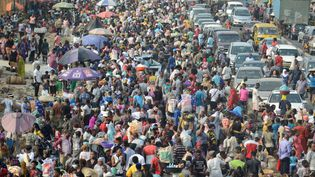 Les résidents de la ville de Lagos, la capitale économique du Nigeria, faisant leurs dernières courses auOke-Odo Market le 30 mars 2020, quelques heures avant l'entrée en vigueur du confinement général de la ville. (ADEKUNLE AJAYI / NURPHOTO)