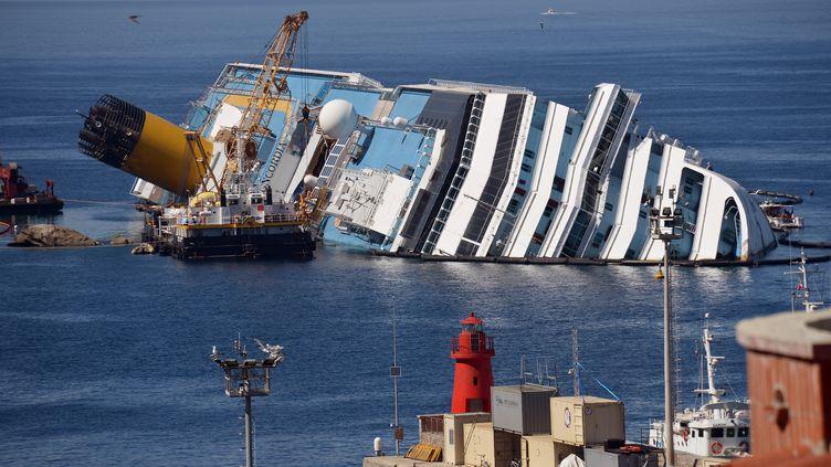 L'épave du Costa Concordia échouée au large de l'île du Giglio (Italie), le 23 juin 2012. (VINCENZO PINTO / AFP)
