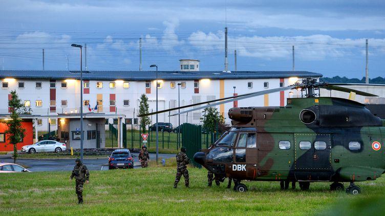 Des militaires devant la prison de Condé-sur-Sarthe pendant la prise d'otage du 11 juin 2019. (JEAN-FRANCOIS MONIER / AFP)