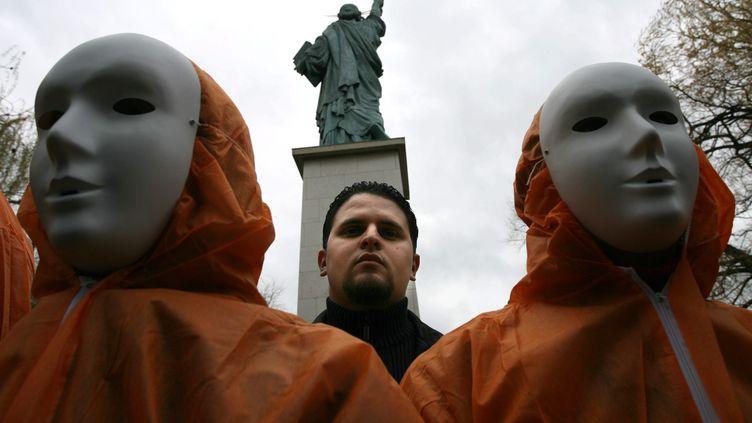 Mourad Benchellali, Français emprisonné à Guantanamo de 2001 à 2004, lors d'une manifestation hostile à la prison militaire américaine, le 6 janvier 2007, à Paris. (MAXPPP)