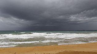 La plage de Luquillo, sur l'île de Porto Rico, à l'approche de l'ouragan Maria, le 19 septembre 2017. (RICARDO ARDUENGO / AFP)