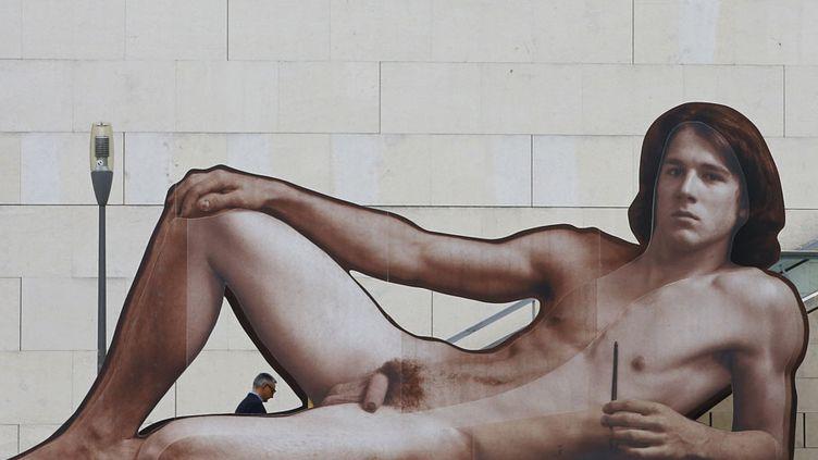 """L'œuvrede l'artiste autrichien Ilse Haider intitulée """"Mister Big"""" est installée à l'entrée du Leopold Museum de Vienne (Autriche) à l'occasion d'une exposition consacrée aux nus masculins dans l'art, le 12 octobre 2012. Ce trompe-l'œil a provoqué une polémique dans le pays, explique le site 7sur7.be. (ALEXANDER KLEIN / AFP)"""