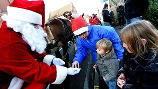 Un homme déguisé en père Noël à Noyelles-lès-Seclin (Nord), le 25 décembre 2014. (MAXPPP)