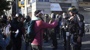 Un manifestant face aux forces de l'ordre, samedi 14 avril à Nantes (Loire-Atlantique), lors d'une manifestation en soutien aux occupants illégaux dela ZAD de Notre-Dame-des-Landes. (DAMIEN MEYER / AFP)