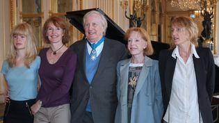 L'acteur Claude Rich pose entre sa femme, ses filles et sa petite-fille, après avoir reçul'insigne de commandeur dans l'ordre national du Mérite, le 19 juillet 2011 au ministère de la Culture à Paris. (PIERRE VERDY / AFP)