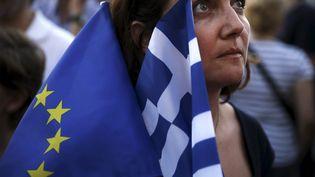 Une pro-européenne manifeste devant le Parlement grec, jeudi 9 juillet, à Athènes. ( ALKIS KONSTANTINIDIS / REUTERS)