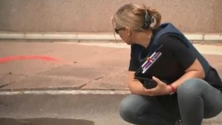 Une femme a été mortellement fauchée par une voiture conduite par un supporteur à Montpellier (Hérault) et son bébé grièvement blessé. 73 personnes ont été placées en garde à vue en France. (FRANCE 3)