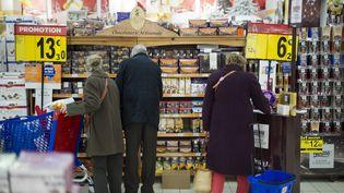 Des promotions dans un supermarché, à Montesson (Yvelines). (LIONEL BONAVENTURE / AFP)