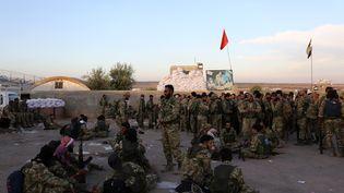 Des combattants syriens pro-kurdes près de la ville d'Azaz dans le nord-est de la Syrie, le 10 octobre 2019. (NAZEER AL-KHATIB / AFP)