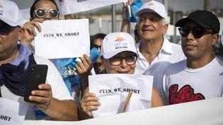 Des militants marocains lors d'une manifestation à Casablanca, le 10 août 2019, protestant contre les menaces proférées par des islamistesenvers des bénévoles belges qui portaient des shorts. (FADEL SENNA / AFP)