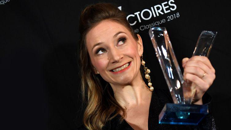 La soprano Sabine Devieilhe savoure sa belle soirée aux Victoires classiques, lors de laquelle elle a reçu deux trophées (23 février 2018)  (Jean-Pierre Clatot / AFP)