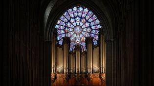 Le grand orgue de Notre-Dame de Paris, l'un des plus célèbres au monde, photographié en 2004. L'instrument a été épargné par les flammes qui ont ravagé la cathédrale Notre-Dame le 15 avril 2019. (STEPHANE DE SAKUTIN / AFP)