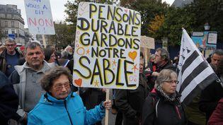 Manifestation contre l'extraction de sable en baie de Lannion (Finistère), le 17 octobre 2015. (FRED TANNEAU / AFP)