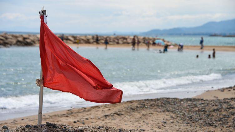 Le drapeau rouge qui signale que la baignade est interdite. (MAXPPP)