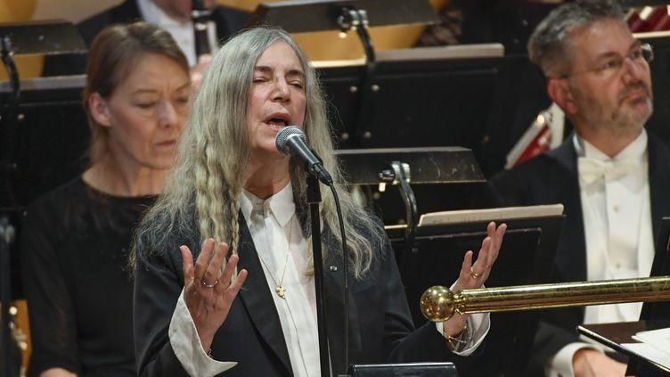 Patti Smith chante Dylan le 10 décembre 2016, lors de la remise des Nobel à Stockholm.  (Jessica Gow /TT News Agency / AFP)