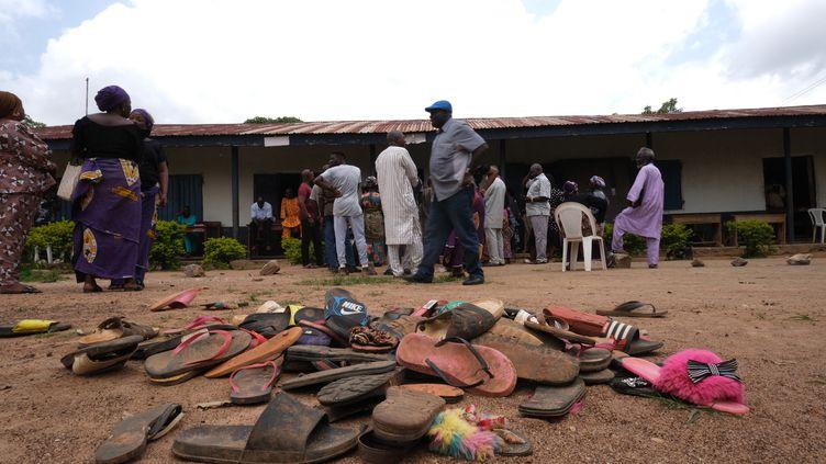Desaffaires appartenant à des lycéens de l'établissement Bethel Baptist enlevés dans le nord-ouest du Nigeria,en juillet 2021. (KOLA SULAIMON / AFP)