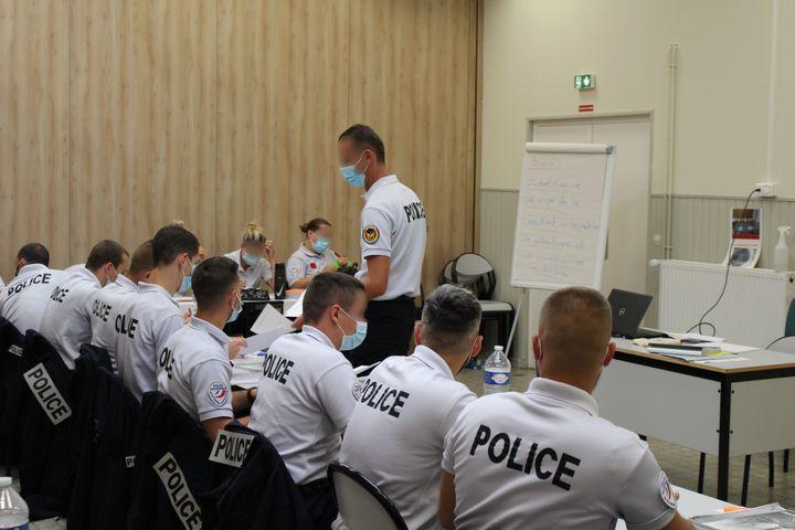 Un cours théorique à l'école de police de Reims (Marne), le 23 juin 2021. (PAOLO PHILIPPE / FRANCEINFO)