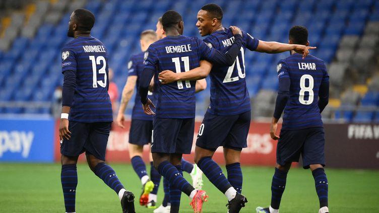 Ousmane Dembélé et Anthony Martial après l'ouverture du score du premier nommé contre le Kazakhstan. (FRANCK FIFE / AFP)