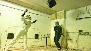 """Deux personnes dans une """"rage room"""" cassent des objets pour se défouler, à Athenes (Grèce). Photo d'illustration. (CHRIS KISSADJEKIAN / XINHUA / MAXPPP)"""