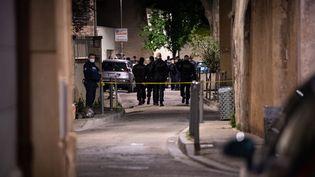 Des policiers sécurisent le site où un officier a été tué lors d'une opération anti-drogue à Avignon, le 5 mai 2021. (CLEMENT MAHOUDEAU / AFP)