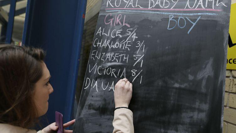 Le tableau d'un pari sur le Royal Baby, photographié le 2 mai 2015 à Londres (Royaume-Uni). (TIM IRELAND / AP / SIPA)