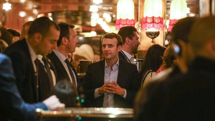 Emmanuel Macron à la brasserie La Rotonde, le soir de sa qualification au premier tour de la présidentielle, à Paris, le 23 avril 2017. (MAXPPP)