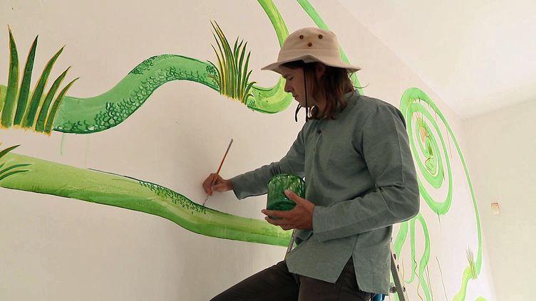 Le plasticien belgeAntoine Carbonne, crée des fresques sur les murs de la Villa Noailles à Hyères (France 3 PACA)