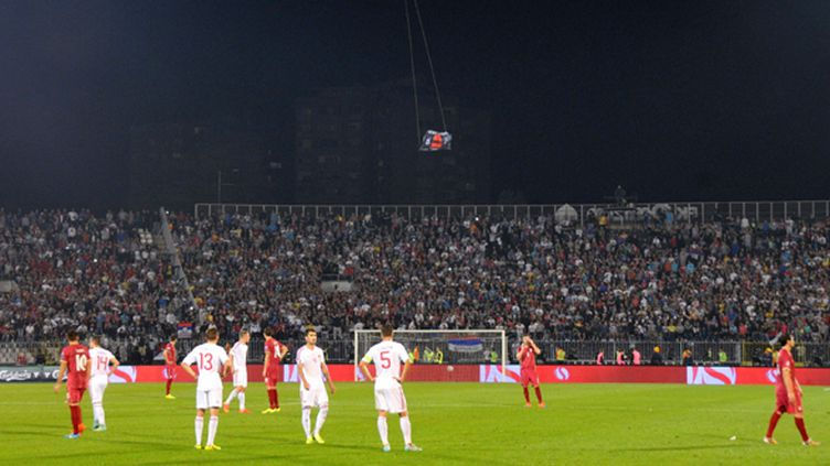 """Le drone, portant une carte de la """"Grande Albanie"""", au dessus du stade de Belgrade (MEDIN HALILOVIC / ANADOLU AGENCY)"""