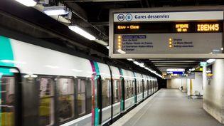Le RER B passe à la stationChâtelet - Les Halles à Paris, le 9 mars 2016. (GEOFFROY VAN DER HASSELT / AFP)