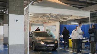 Pour faire face à la prolifération du Covid-19, la Belgique a décidé de prendre des mesures sans précédent. Certains dépistages se font désormais depuis les parkings des hôpitaux, pour aller plus vite. (France 2)