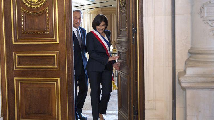 La nouvelle maire de Paris, la socialiste Anne Hidalgo, aux côtés de son prédécesseur Bertrand Delanoë, à l'Hôtel de ville, le 5 avril 2014. (JOEL SAGET / AFP)