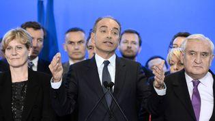 Jean-François Copé, entouré de Nadine Morano et Jean-Pierre Raffarin lors d'une conférence de presse, le 9 avril 2014, à Paris. (BERTRAND GUAY / AFP)