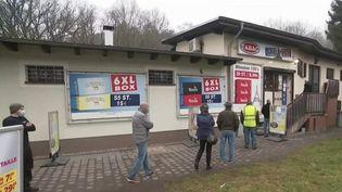 Moselle: un tabac à la frontière franco-allemande attire les clients, sans test PCR (FRANCE 3)