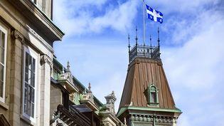 Drapeau québécois flottant sur le ministère des Finances, à Québec (Québec, Canada). (KEN GILLESPIE / GETTY)