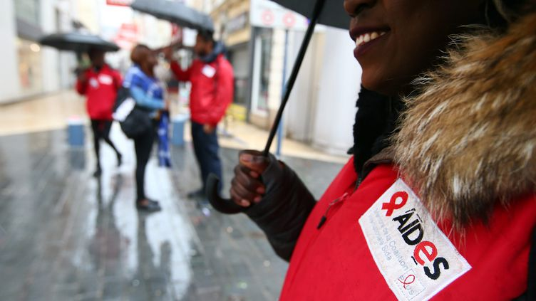 """L'association Aides lance une campagne d'affichage pour demander à Emmanuel Macron de """"mettre fin au sida"""". (MATTHIEU BOTTE / MAXPPP)"""