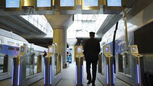Un contrôleur SNCF à la gare Montparnasse à Paris, le 3 avril 2017. (PATRICK KOVARIK / AFP)